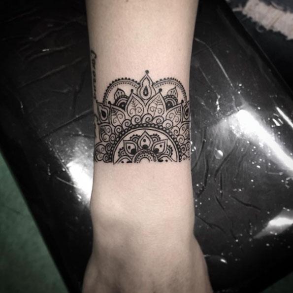 Exemple tatouage bracelet demi mandala femme