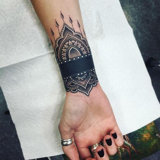 Exemple tatouage mandala femme avec full bracelet colore poignet
