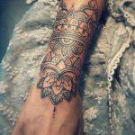 Exemple tatouage tiers manchette poignet main mandala femme