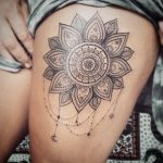 Grand mandala tatouage cuisse femme
