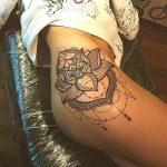 Grand tatouage hanche femme mandala