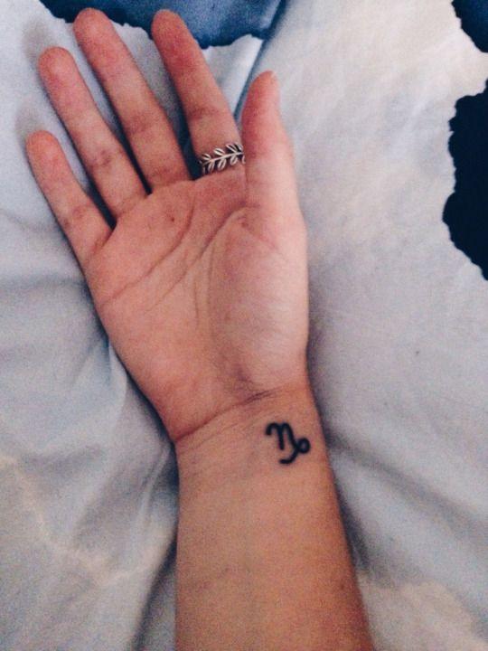 Idee tatouage capricorne interieur poignet femme