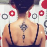 Idee tattoo mandala dos bijou pendentif pour femme