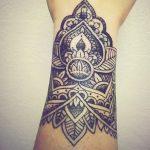Mandala femme a tatouer sur main et poignet