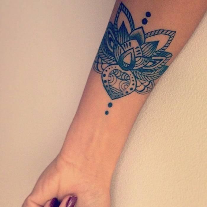 Mandala tatouage femme sur bras cote interieur