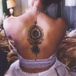 Mandala tatouage milieu du dos