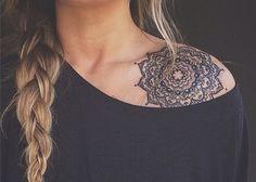 Mandala tatoue sur clavicule et epaule feminine