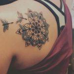 Mandala tatoue sur omoplate avec 2 papillons