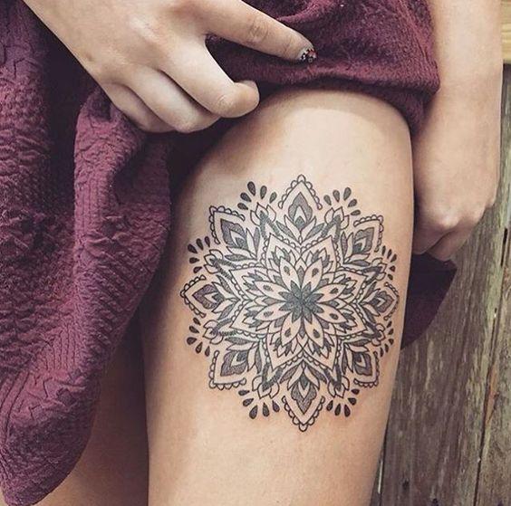 Modele tatouage haut cuisse mandala