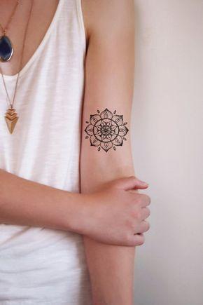 Petit mandala tatoue sur le bras cote haut interieur