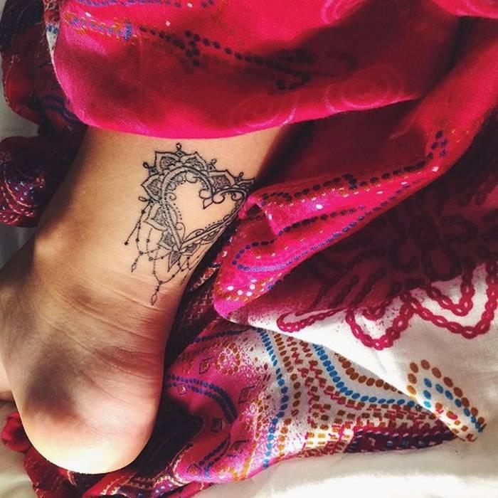 Photo tattoo feminin coeur mandala bas arriere jambe