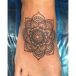 Tatouage dessus pied mandala femme