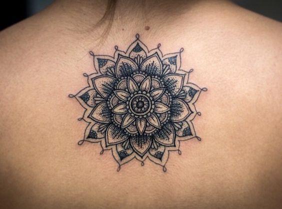 Tatouage femme haut du dos mandala