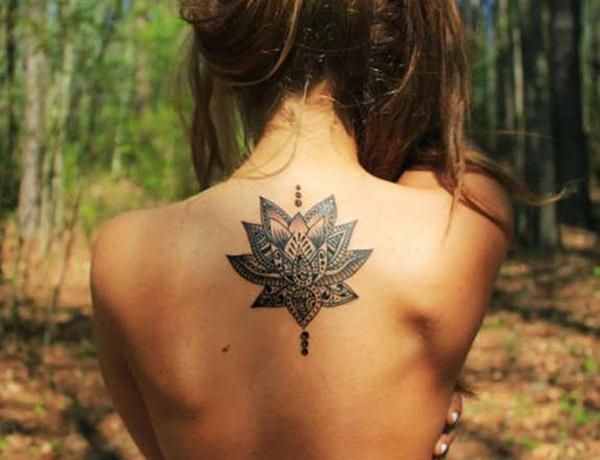 Tatouage haut du dos fleur de lotus mandala