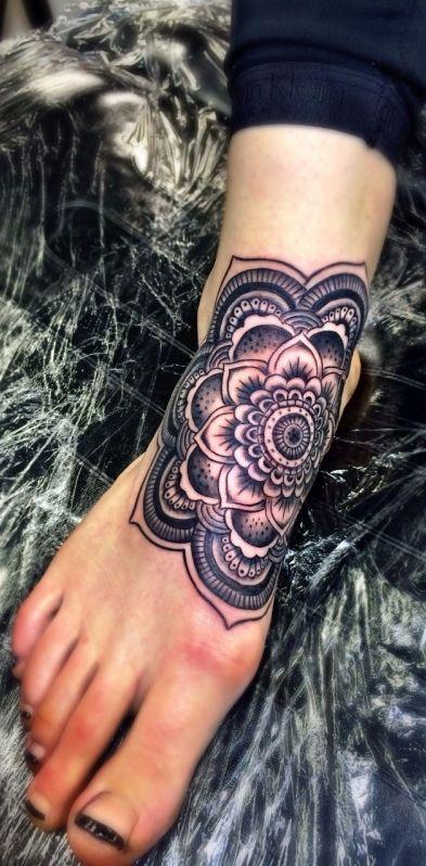 Tatouage pied et cheville femme mandala