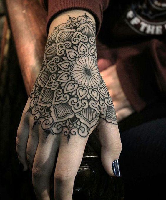 tatouage symboles mandala fille recouvrant la main. Black Bedroom Furniture Sets. Home Design Ideas