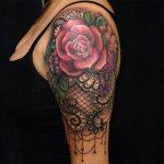 Beau tattoo rose dentelle elements feuillages et bijoux
