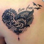 Exemple tatouage coeur en dentelle femme avec phrase et oiseaux