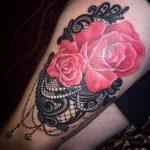 Exemple tatouage cuisse roses dentelle et perles