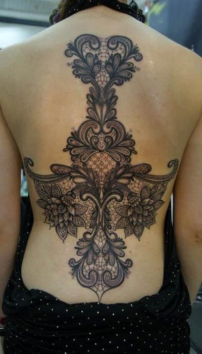Idee grand tattoo dentelle dos avec guipure et arabesque