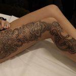 Idee tattoo dentelle femme sur la longueur de la jambe cote exterieur