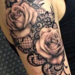 Idee tattoo haut du bras dentelle avec roses pales femme