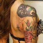 Modele tatouage epaule arabesque dentelle et fleurs