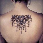 Modele tatouage sous nuque dentelle coeur avec trou de serrure