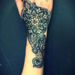 Photo tattoo feminin guipure et dentelle main et poignet