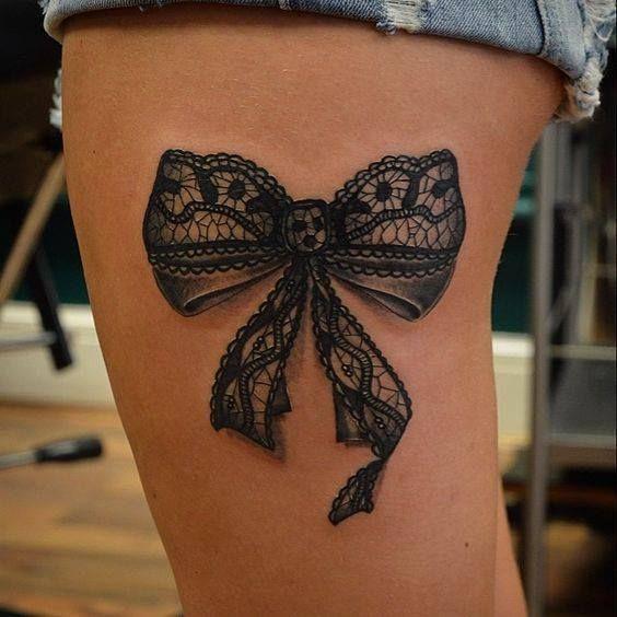 Photo tattoo feminin noeud en dentelle sur cuisse