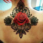 Tatouage dentelle dessous nuque dos femme rose rouge