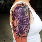 Tatouage epaule et bras dentelle femme avec arabesques et 3 roses violettes