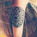 Tatouage femme dentelle effet crochet avec etoile au centre