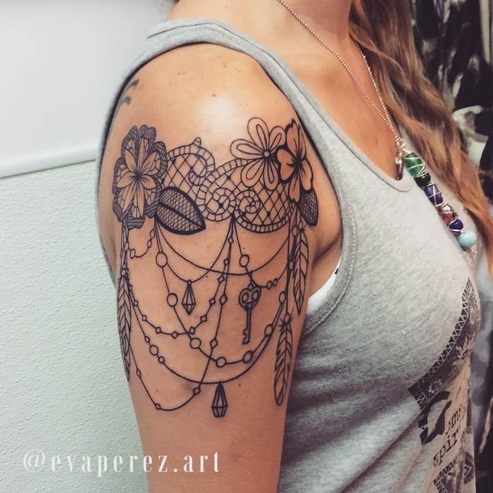 tatouage haut de bras femme dentelle fleur plume et bijoux tatouage femme. Black Bedroom Furniture Sets. Home Design Ideas