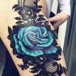 Tatouage texture dentelle guipure avec grande rose bleu sur cuisse