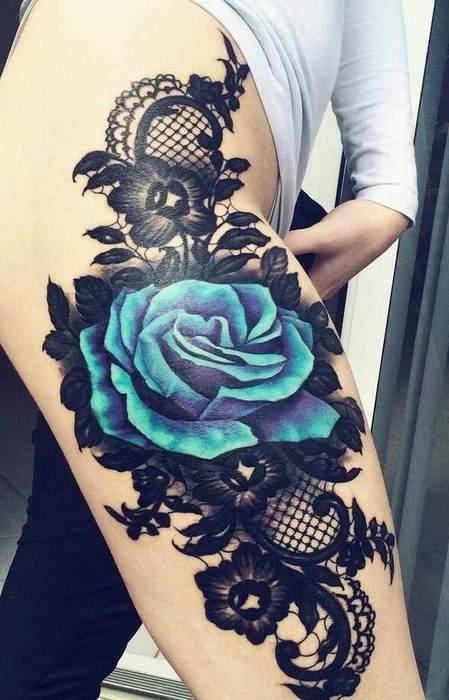 tatouage texture dentelle guipure avec grande rose bleu sur cuisse tatouage femme. Black Bedroom Furniture Sets. Home Design Ideas