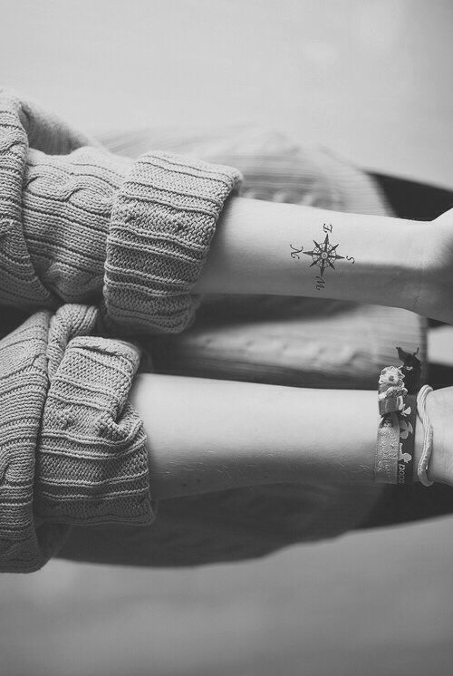 Idee tattoo discret poignet boussole femme