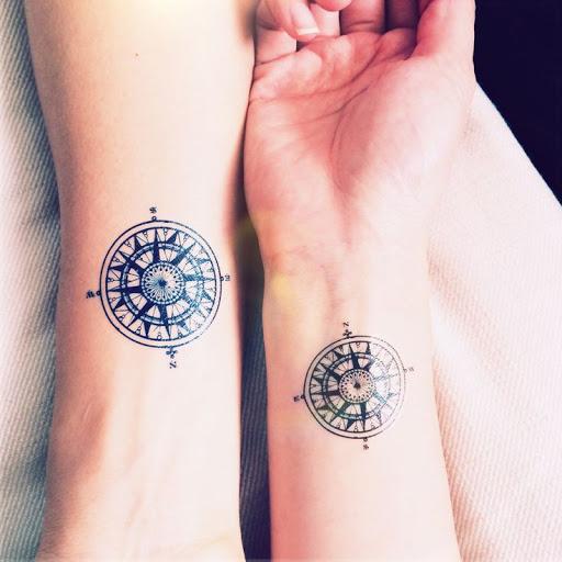 Meme motif de tatouage femme rose des vents tatoues sur 2 personnes