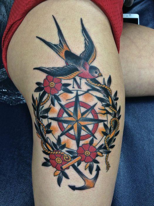 Modele tatouage oldschool hirondelle et ancre sur boussole entoure de fleurs et feuillage - Tatouage hirondelle old school ...