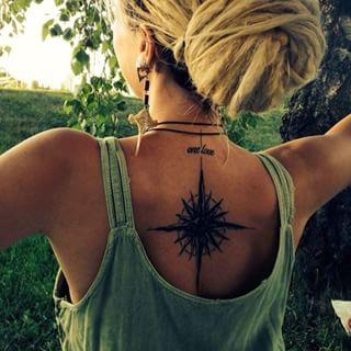 Modele tatouage rose des vents centre du dos avec phrase one love
