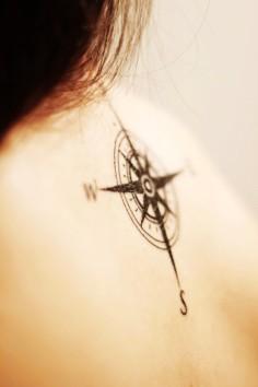 Photo tattoo clavicule feminin rose des vents monochrome