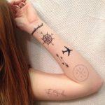 Tatouage bras avec phrase boussole avion et rose des vents