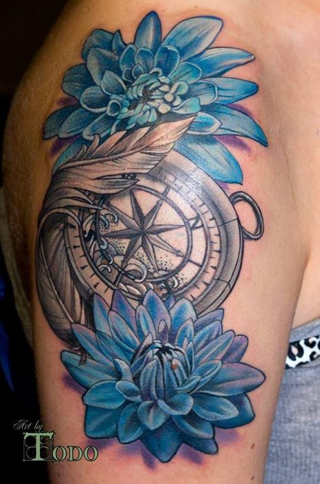 tatouage bras et epaule femme boussole compas marine avec plume et chrysanthemes bleues. Black Bedroom Furniture Sets. Home Design Ideas