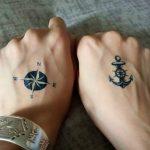 Tatouage rose des vents femme et ancre marine sur les 2 mains