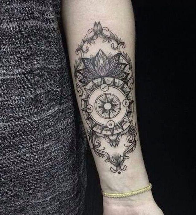 Tatouage symboles boussole compas avec mandala interieur bras