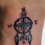 Tatouage symboles plumes et boussole style fleur de vie