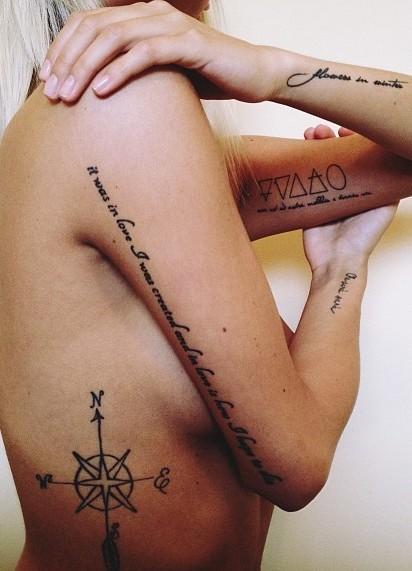Tattoo rose des vents stylisee cote femme