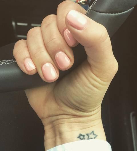 2 petites etoiles tatouees sur poignet femme