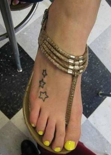 Modele tatouage 3 etoiles sur dessus de pied fille