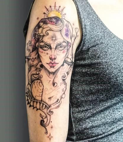 Tatouage haut de bras manchette femme avec etoiles scintillantes